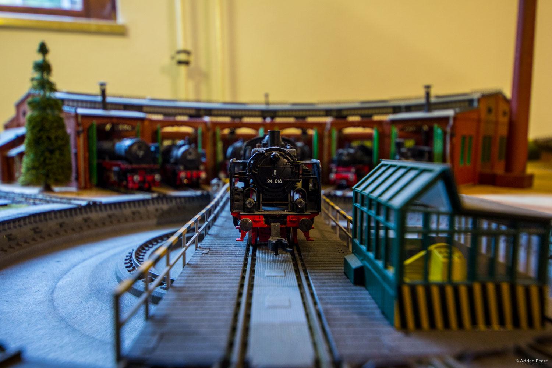 Model railroad: turntable